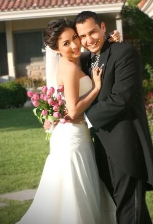 Sr. Jorge Alberto Vega de la Torre y Srita. Leticia Adriana  Castro Hernández contrajeron matrimonio en la capellanía Medalla Milagrosa el sábado 17 de mayo de 2008. <p> <i>Estudio Letticia.</i>