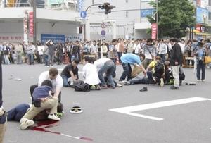 La Policía indicó que el agresor llegó a una zona cercana a la estación de tren de Akihabara en una camioneta, con la que golpeó a varios peatones.