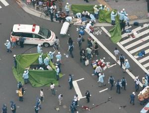 Las once personas heridas fueron trasladadas al hospital inmediatamente después del incidente, pero sólo diez de ellos, ocho hombres y dos mujeres, presentaban heridas de arma blanca.