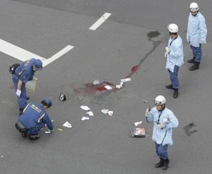 Según periódicos y la cadena de televisión NHK, horas previas a la matanza Kato dejó varios mensajes en un pizarrón electrónico en la internet, enviándolos a través de un teléfono celular.