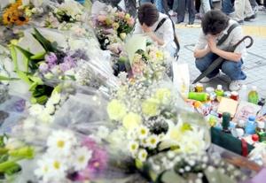 Numerosos dolientes depositaron flores y otros objetos en homenaje a los muertos en la intersección del distrito Akihabara donde un presunto desequilibrado mental asesinó a siete personas.
