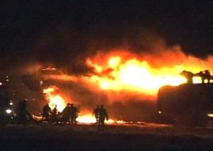 En las imágenes mostradas por la televisión sudanesa se podía ver a varios bomberos intentando sofocar el incendio y cómo las llamas envolvían todo el aparato, que tenía las rampas de emergencia extendidas.