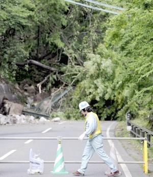 La agencia meteorológica advirtió que podía ocurrir un segundo sismo, y una réplica de magnitud 5.6 estremeció la misma zona.