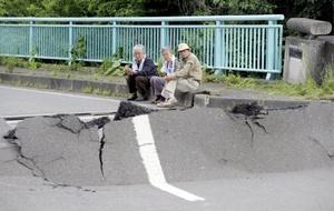 La fuerza del sismo, al que siguieron unos 153 temblores secundarios, dañaron muchas carreteras, entre ellas una que quedó completamente cortada debido a un gran deslizamiento de tierra, creando un acantilado.