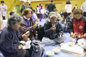 Víctimas del terremoto en Japón reciben atención en un albergue luego de que sus viviendas resultaran dañadas.