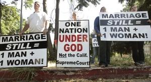 La irrupción de este boom de bodas gays en California, el estado más poblado de EU. y uno de sus motores económicos, chocó de frente con la oposición de los sectores más conservadores de la sociedad, que están tratando de revocar la sentencia del Supremo tanto por vía judicial como legislativa.