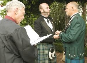 Un mes después de que la Corte Suprema declarase ilegales las leyes que impedían las bodas entre homosexuales en California, los registros civiles empezaron a tramitar las licencias de matrimonio para gays y lesbianas.