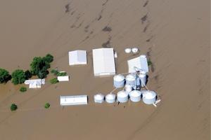 Las aguas del río Iowa inundan completamente la población de Oakville, Iowa.