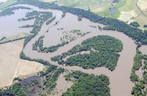 Las aguas abrieron brechas en dos terraplenes en el Oeste de Illinois, unos 70 kilómetros al Sur de la localidad de Gulfport.