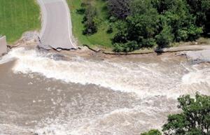 Aspecto de la intensa inundación del río Iowa, sobre una autopista a las afueras de Iowa city.