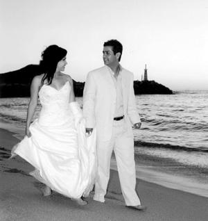 En el altar de la iglesia de La Sagrada Familia contrajeron matrimonio la señorita Sandra Elizabeth Rodríguez Cardiel y el señor José Sebastián Ortiz Muro. El enlace tuvo lugar la tarde del sábado cinco de abril de 2008, ante el Pbro. Agapito Zamora.