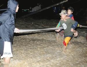En tierra firme, al menos 224 personas han muerto y otras 374 han sido dadas por desaparecidas a causa de las riadas y los aludes provocados por el tifón a su paso por regiones del centro y del sur de éste archipiélago formado por unas siete mil islas, según la Cruz Roja filipina.