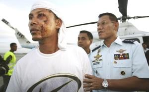 Buzos de la Marina intentaban abrir boquetes en el casco del buque para penetrar en varios compartimentos con la esperanza de que se hubieran creado burbujas de aire que permitieran sobrevivir a algunas de las personas que iban a bordo.