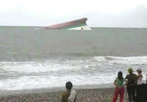 Los equipos de rescate reanudaron la búsqueda de unos 800 náufragos desaparecidos tras el hundimiento de un ferry en la región central de Filipinas, azotada por un tifón que a su paso dejó casi 600 muertos y desaparecidos.