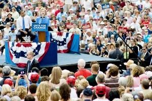 Ambos están conscientes de la necesidad de que el partido en pleno dé su apoyo a Obama en la batalla con McCain, un veterano senador a quien presentan como una continuación de la impopular presidencia de George W. Bush.