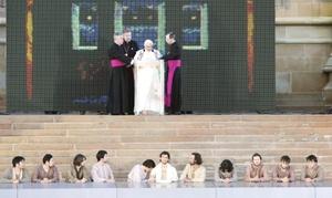 Cuatro mujeres aborígenes lloraron por Jesús de Nazaret en un espectacular Via Crucis interpretado en Sidney, con la participación del papa Benedicto XVI, en el marco de la Jornada Mundial de la Juventud.
