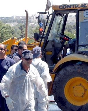 Las autoridades sellaron toda posible ruta de escape hacia el sector de Jerusalén oriental de mayoría árabe, y estaban buscando a dos sospechosos que escaparon del sitio.