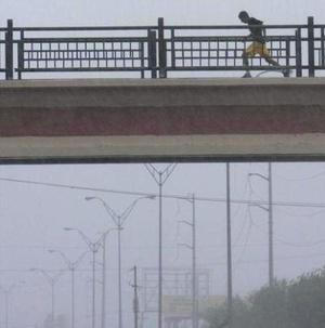 El ronco zumbido de DollyŽ sembró el temor en Matamoros, Tamaulipas, donde las calles lucieron desoladas.