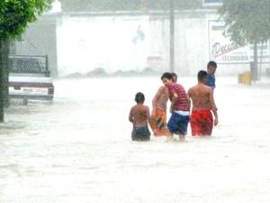 En los pueblos Las Higuerillas, El Mezquital y Las Islas, de Matamoros, quedaron bajo el agua, los habitantes rezaban por que no les pasara nada a sus viviendas.