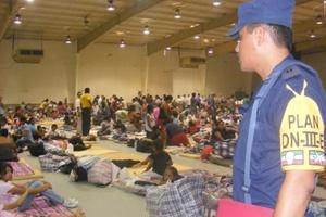Integrantes del Ejército Mexicano auxiliaron a las personas evacuadas por el paso del Huracán Dolly, que han sido distribuidas en diferentes albergues de la ciudad de Matamoros, Tamaulipas.