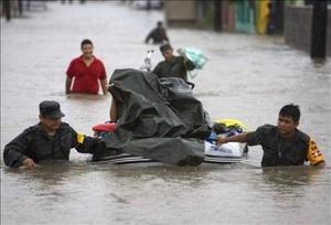Intensas lluvias y vientos de hasta 160 kilómetros por hora padecieron los pobladores de la frontera con Estados Unidos, cuando el huracán Dolly, que se degradó después a tormenta tropical, entró por la costa Sur de Texas.