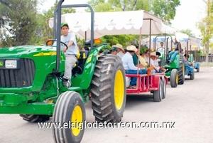 Los asistentes dieron un recorrido por el campo para observar el maíz, sorgo forrajeros y alfalfa.