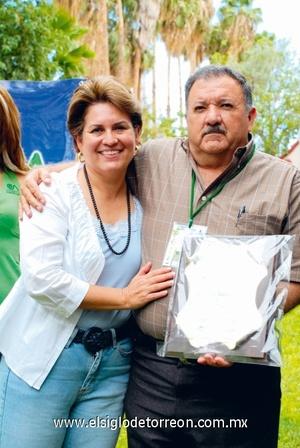 María Elena Guerrero de García y Javier García Núñez, presidente del Patronato de Investigación Agropecuaria de la Laguna.
