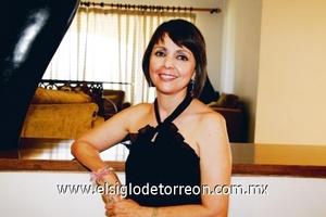 <b>Festeja en grande sus 50 años</b><p> La festejada Alicia Valle Araujo.