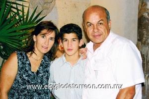 <b>Festeja su cumpleaños</b><p> Paulina y José Luis Medrano con su hijo Luis Medrano Diez.