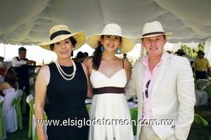 <b>Celebra en familia</b><p> Lalis Carlos, Valeria Cano y Edgar Dorado.