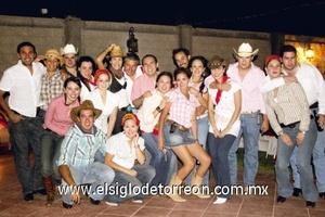Gaby Barrón de Moreno junto a todos sus invitados.