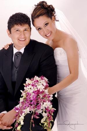 Sr. Carlos Muñiz López y Srita. Tania Elizabeth Posada Morales unieron sus vidas en matrimonio el sábado 28 de junio de 2008.  <p> <i>Estudio Laura Grageda</i>