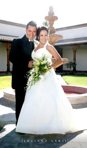 L.R.H. Guillermo Herrera Verdal y L.A.F. Miriam Rocío Ramírez Ramírez contrajeron nupcias en el Santuario del Cristo de las Noas, el siete de junio de 2008. <p> <i>Luciano Laris Fotografía</i>