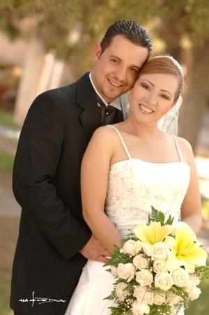 Ing. Héctor Montellano y Lic. Sandra Navarro contrajeron matrimonio religioso en el Santuario del Cristo de las Noas, el 27 de junio de 2008.  <p> <i>Estudio Carlos Maqueda</i>
