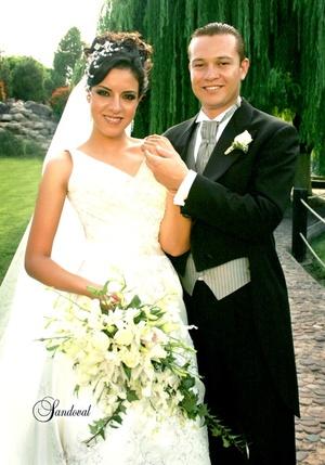 Sr. Iván Ascensión Cháirez Muñoz y Srita. Alejandra Mena López recibieron la bendición nupcial en el Santuario de Cristo Rey el sábado 12 de julio de 2008. <p> <i>Estudio Sandoval</i>
