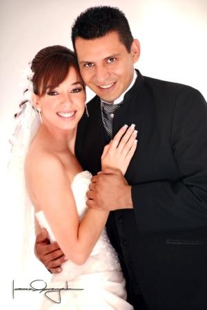 Sr. M.A. Alberto Pasillas Orona y Srita. Ana Laaura Velazco Castellanos contrajeron matrimonio en la parroquia de San Pedro Apóstol el sábado cinco de julio de 2008.  <p> <i>Estudio Laura Grageda</i>