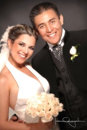 Sr. Luis Carlos Cruz Villegas y Srita. Ana Paola Meraz Delgado contrajeron matrimonio en la capilla del Santo Cristo el sábado 12 de julio de 2008.  <p> <i>Estudio Laura Grageda</i>