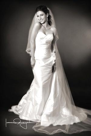 Srita. Karla Vara Escobarett el día de su boda con el Sr. Ricardo Gutiérrez Álvarez. <p> <i>Estudio Laura Grageda</i>