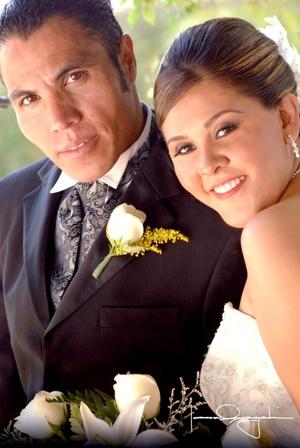 Master Felipe de Jesús Orona Cerda y Lic. Berenice Meléndez Roble recibieron la bendición nupcial en la capilla de la Santa Cruz el sábado 19 de julio de 2008. <p> <i>Estudio Laura Grageda</i>