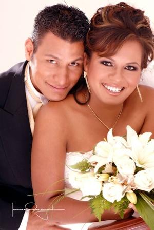 Sr. Víctor Antonio Fernández Rodríguez y Srita. Wendy Tabita Martínez Muñiz contrajeron matrimonio religioso en la iglesia apostólica de la Fe en Cristo Jesús el 11 de julio de 2008.  <p> <i>Estudio Laura Grageda</i>