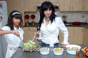 03082008 Blanca Faccuseh de Contreras preparó el platillo con la ayuda de su hija Blanca Julieta