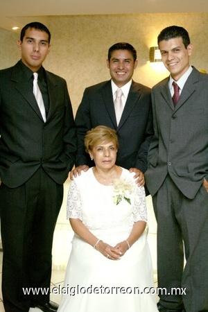 03082008 Doña Ana María, junto a sus hijos José Luis, Jorge Armando y Víctor Hugo.