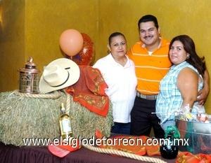 09082008 Ana Patricia Ontiveros y Karina de Preciado junto al festejado.