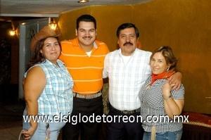 09082008 César Preciado Ontiveros festejó su cumpleaños en compañía de su esposa Karina de Preciado y de sus suegros Manuel y Graciela Serrano