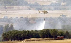 En el aeropuerto, helicópteros y camiones de bombaeros arrojaron agua sobre el avión, que se detuvo en una zona arbolada al final de la pista de la Terminal 4.