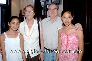 10082008 Héctor Astorga, Elia de Astorga, Alexa y Frida Astorga.
