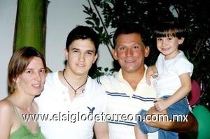 10082008 Jorge Luis acompañado de los anfitriones de su festejo, sus tíos María del Pilar y Rogelio Ramírez, y su prima María Ramírez Cabarga