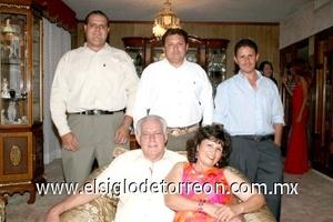 10082008 Lilly Sifuentes de Muñiz acompañada por su esposo Armando E. Muñiz Reskala y sus hijos Elías, Ernesto, y Ángel Muñiz Sifuentes