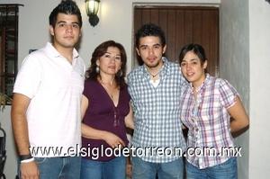 20082008 José Luis con su mamá Dora Patricia Palacios y sus hermanos Carlos y Mary Fer