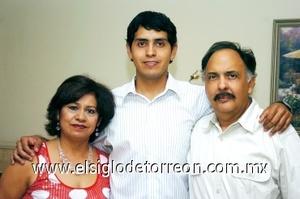 22082008 Rosa Velia Hernández y Ernesto Leal felicitaron a su hijo Ernesto Daniel Leal Hernández el día de su graduación